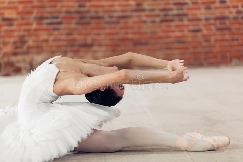 Tancerz wydaje czas w studiu z irrealną elastycznością zdjęcie stock