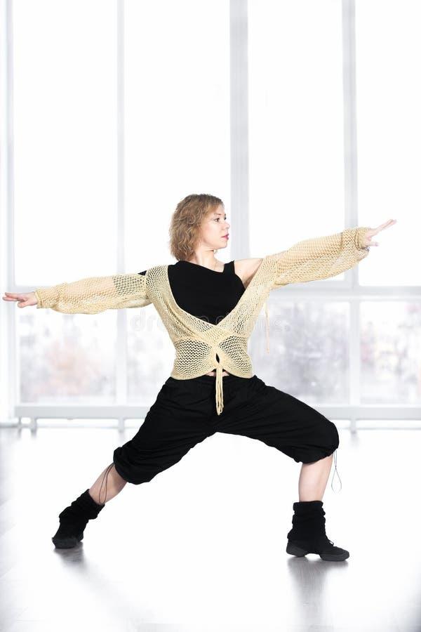 Tancerza żeński robi lunge w klasie zdjęcia royalty free