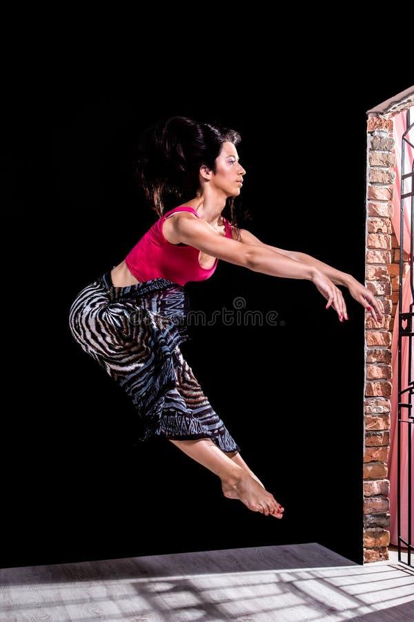 Tancerza doskakiwanie przed drzwi fotografia royalty free