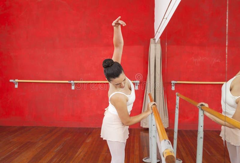 Tancerza mienia Barre Podczas gdy Ćwiczyć W Baletniczym studiu zdjęcia stock