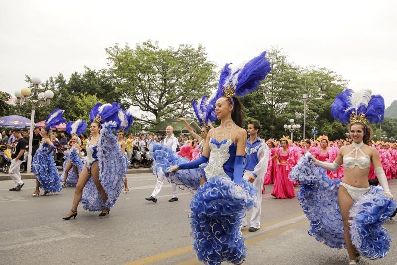 Tancerze, Karnawałowa parada 2013, Liuzhou, Chiny obrazy stock