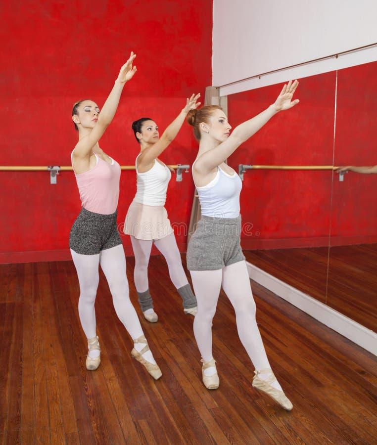Tancerze Podnosi ręki Podczas gdy Wykonujący W Baletniczym studiu zdjęcia royalty free