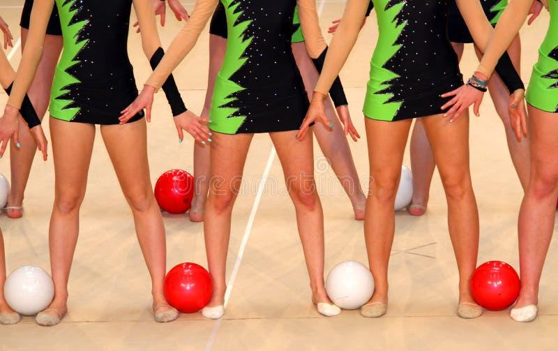 Tancerze w kostiumach dla gimnastycznych ćwiczeń z t zdjęcie royalty free