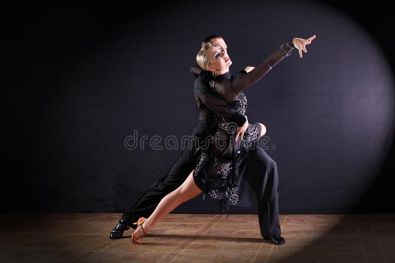 Tancerze w sala balowej odizolowywającej na czarnym tle fotografia royalty free