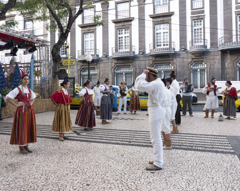 Tancerze w Tradycyjnych kostiumach w ulicie w Funchal maderze zdjęcia royalty free