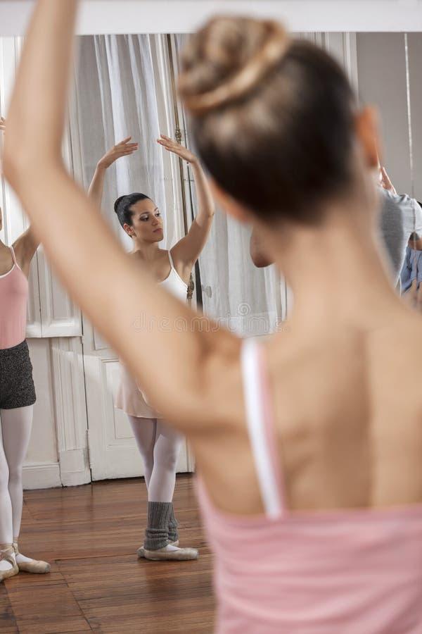 Tancerze Wykonuje W tana studiu zdjęcia stock