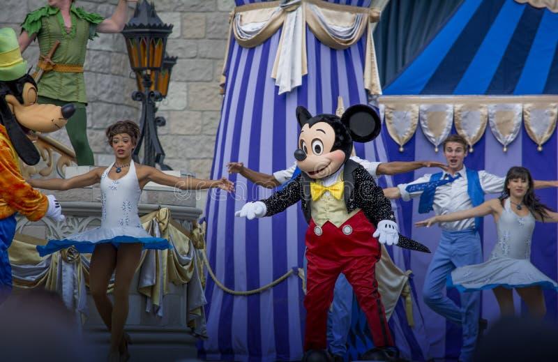 Tancerze z myszka miki tanem w Magicznym królestwie Disney zdjęcie royalty free