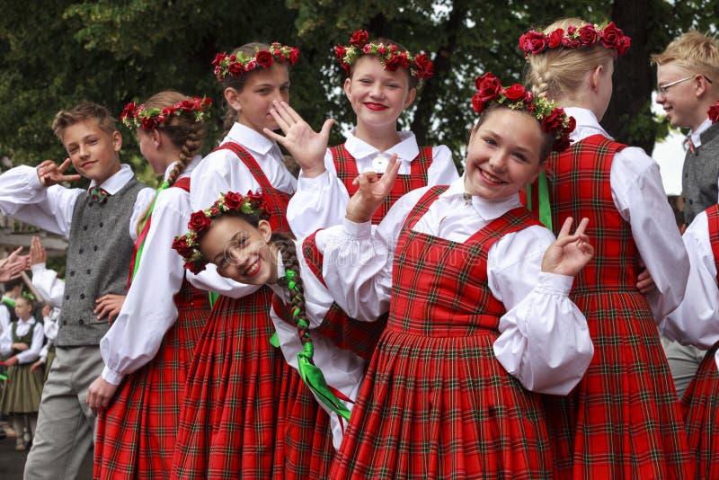 Tancerze za sceny czekaniem dla czasu wykonywać przy Uroczystym Ludowego tana koncertem zdjęcia royalty free