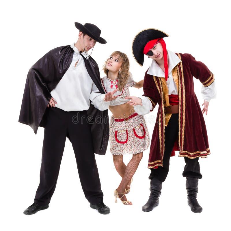 Tancerzy drużynowi jest ubranym Halloweenowi karnawałowi kostiumy tanczy przeciw bielowi w pełnym ciele zdjęcia stock