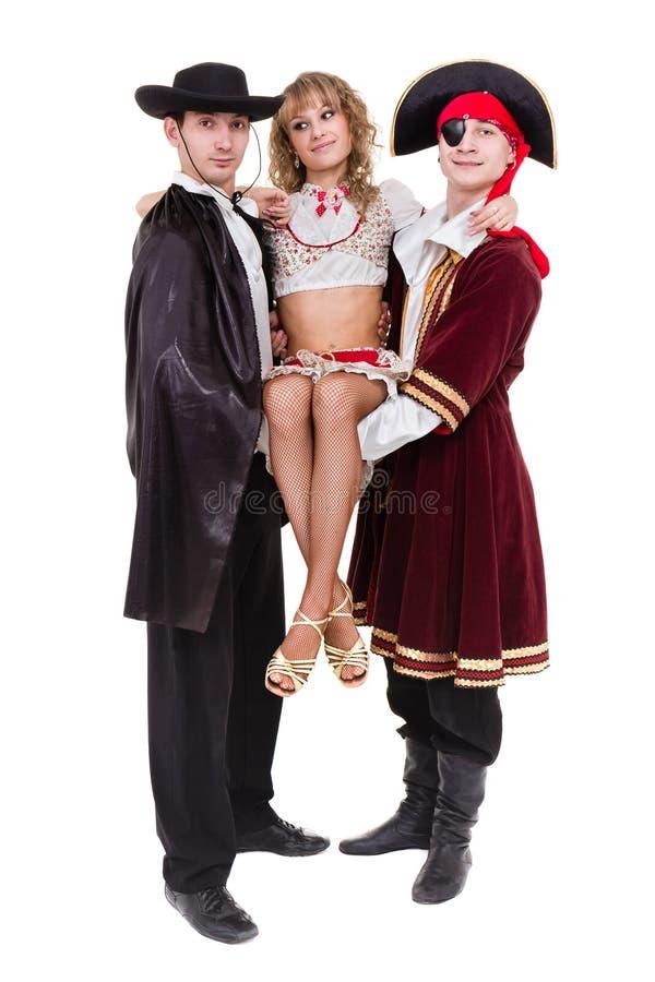 Tancerzy drużynowi jest ubranym Halloweenowi karnawałowi kostiumy tanczy przeciw bielowi w pełnym ciele obraz stock