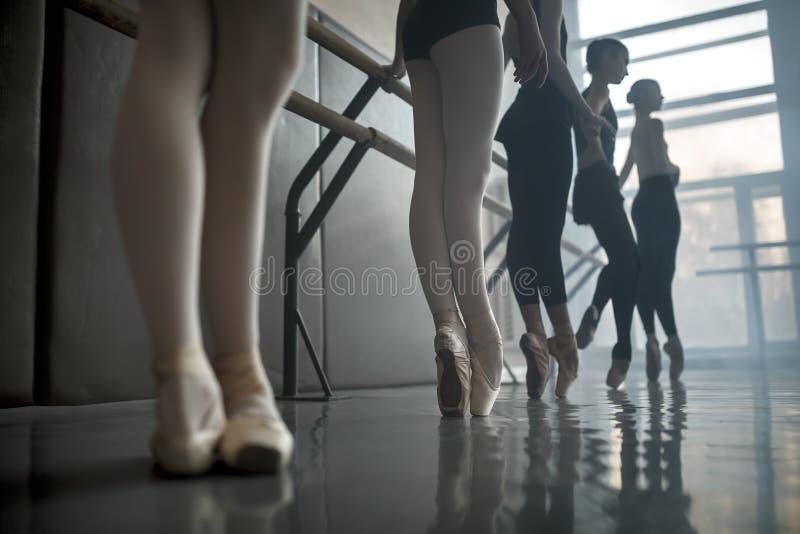 Tancerzy stojaki baletniczym barre fotografia stock