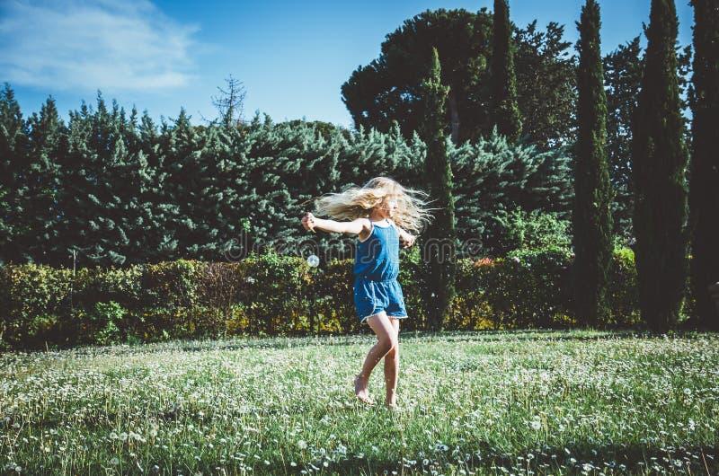Tanczyć w łące zdjęcie stock