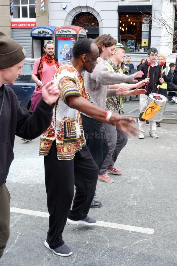 Tanczyć w ulicie przy wygaśnięcie bunta przyjęciem zdjęcie royalty free