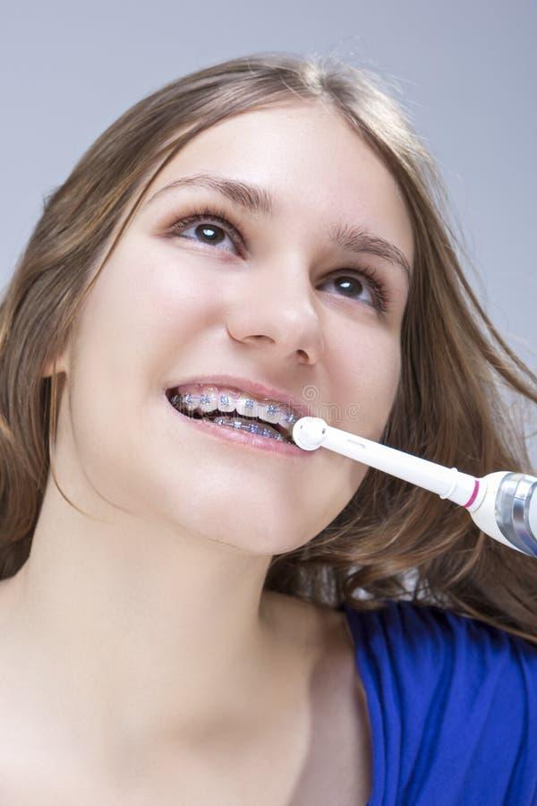Tand- begrepp och idéer Closeupstående av den Caucasian tonårs- flickan med tandhänglsen royaltyfria bilder