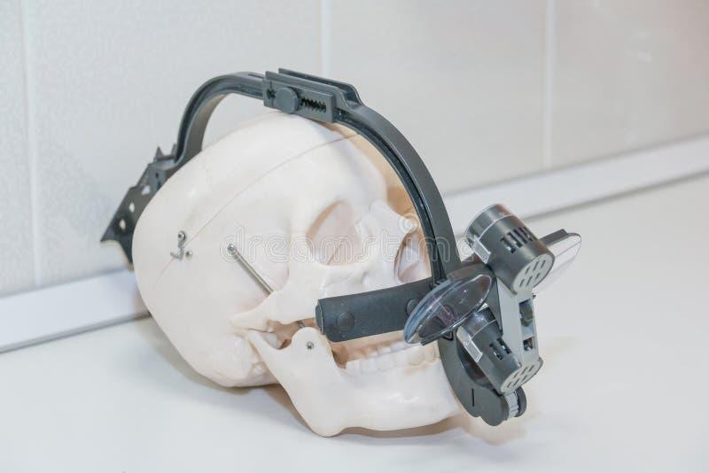 Tand binoculaire loupes op witte skul op witte tablel cranium Tandartsbeschermende brillen, beschermende glazen in tandarts ` s royalty-vrije stock afbeelding