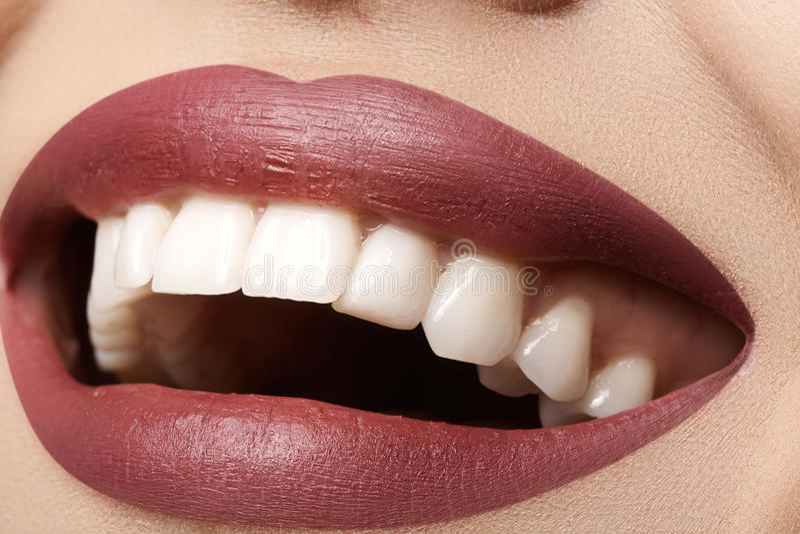 tand Gelukkige glimlach met rode lippensamenstelling, witte gezonde tanden stock foto's