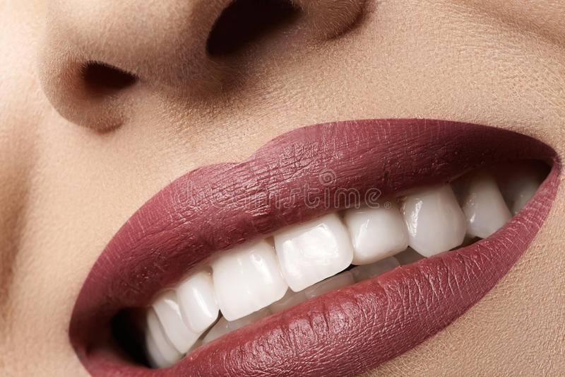 tand Gelukkige glimlach met rode lippensamenstelling, witte gezonde tanden stock afbeelding