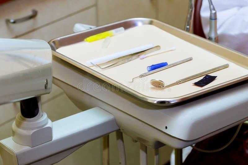 Tand- hjälpmedel använder för tandläkare i kontorskliniken fotografering för bildbyråer