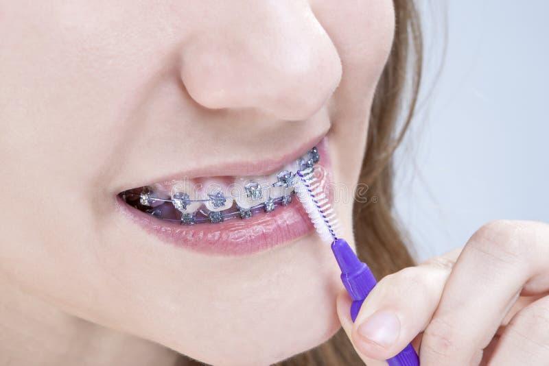 Tand- hygienbegrepp Closeup som skjutas av Caucasian tonårs- flicka royaltyfri bild
