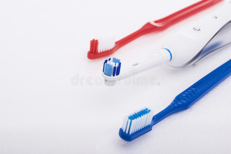 Tand- produkter för muntlig hygien över vit fotografering för bildbyråer