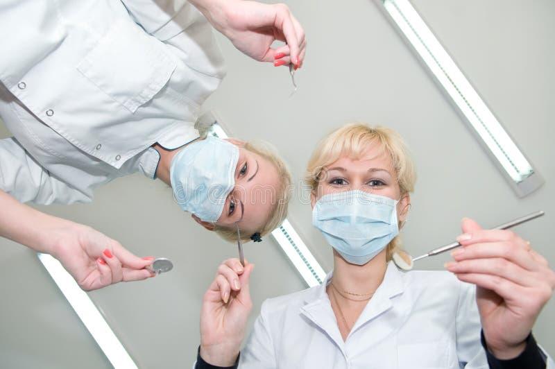 tand- tandläkare som förbereder sig arkivbild