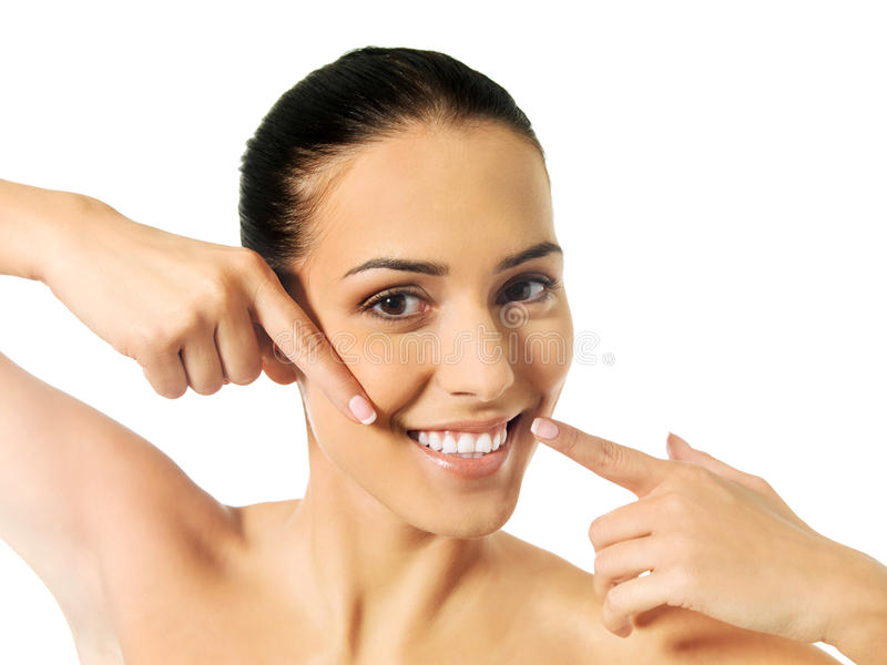 Tand- vård- begrepp - härlig kvinna som pekar till hennes tänder fotografering för bildbyråer