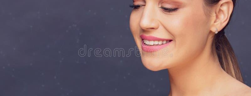 Tand- vård- begrepp - sunda härliga kvinnatänder och leende royaltyfri fotografi