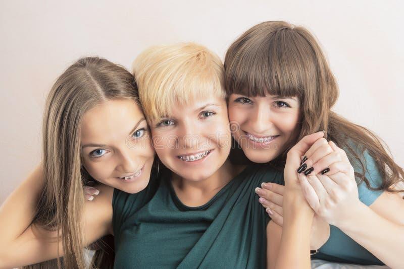 Tand- vård- och hygienbegrepp: Tre unga damer med Teet fotografering för bildbyråer