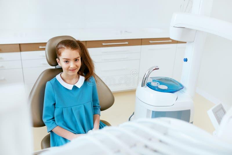 Tand zorg Gelukkig Weinig Patiënt in Tandkliniek stock afbeeldingen