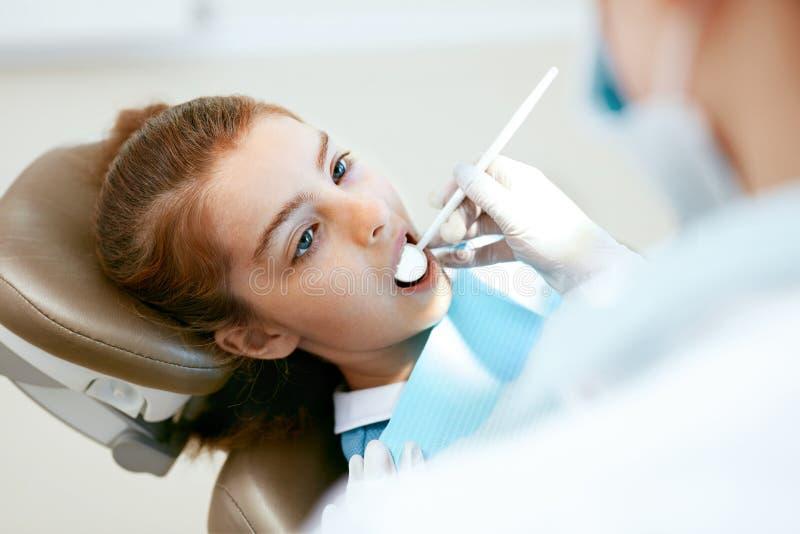 Tand zorg Meisje tijdens Tandbehandeling in Tandheelkundekliniek royalty-vrije stock afbeeldingen