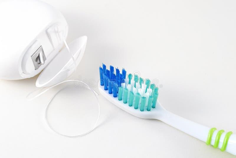 Tand zorg Tandenborstel en tandzijde op witte achtergrond Sluit omhoog stock fotografie