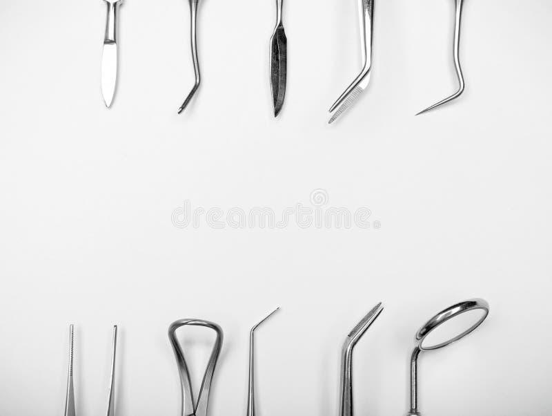 Tandarts\ 's hulpmiddelen op witte achtergrond royalty-vrije stock afbeelding