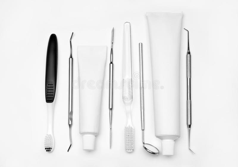 Tandarts\ 's hulpmiddelen, tandenborstels en deeg op witte achtergrond royalty-vrije stock afbeeldingen