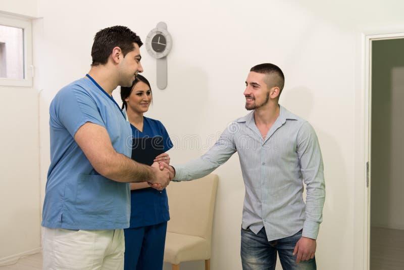 Tandarts Congratulate Patient For een Succesvolle Verrichting royalty-vrije stock foto's