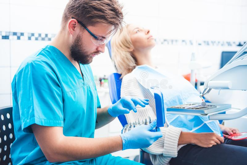 Tandarts die equipent tandheelkunde nemen royalty-vrije stock afbeelding