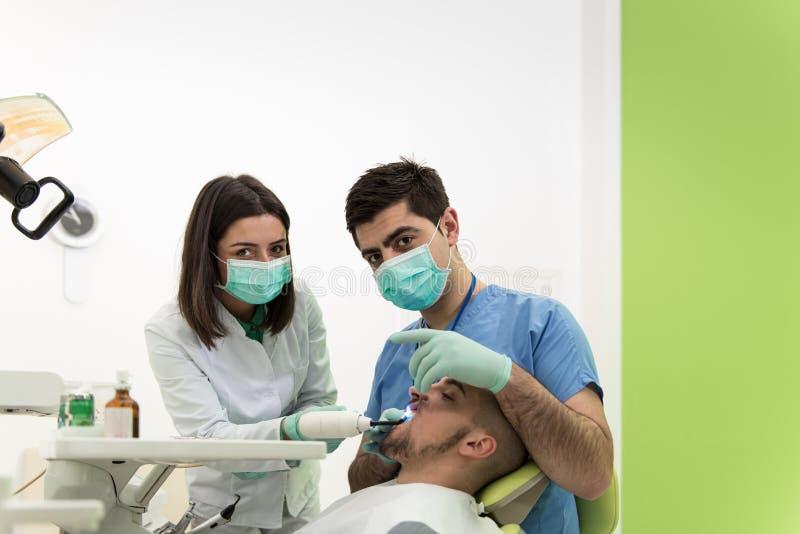 Tandarts Doing een Tandbehandeling op Patiënt royalty-vrije stock foto