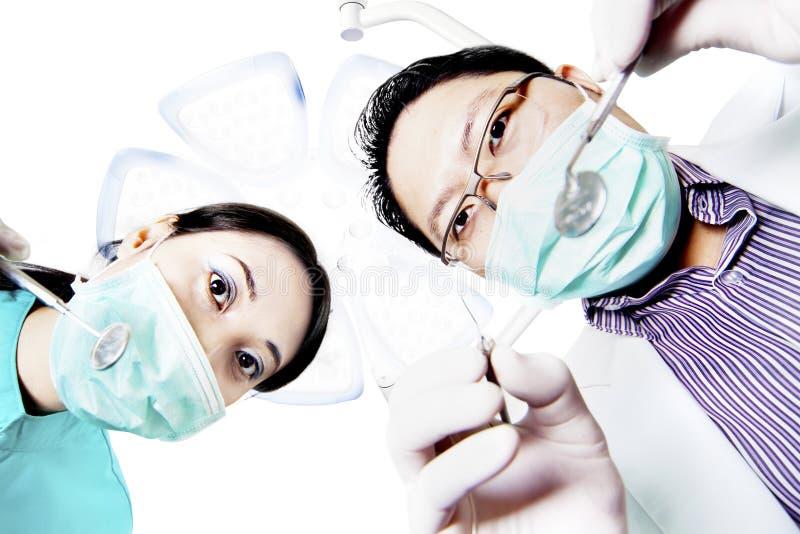 Tandarts en medewerker van het standpunt van de patiënt stock foto's