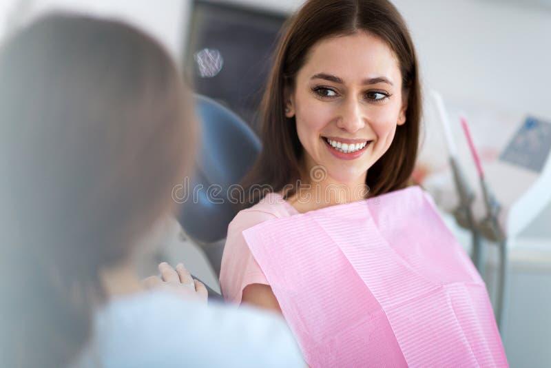 Tandarts en patiënt in tandartsbureau royalty-vrije stock afbeeldingen