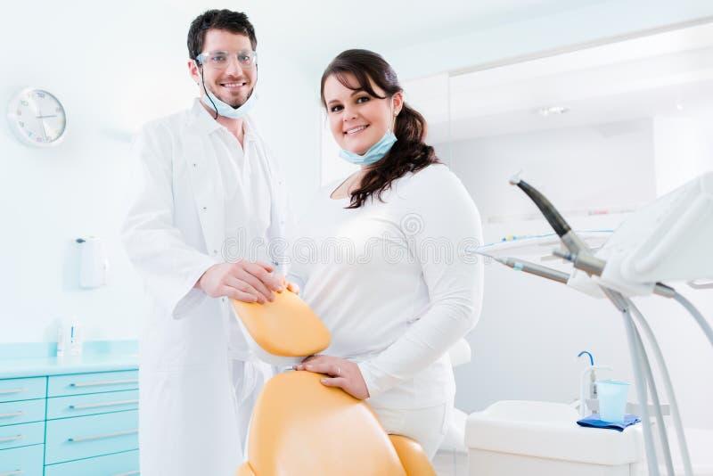 Tandarts en verpleegster in hun kliniek als team stock afbeelding