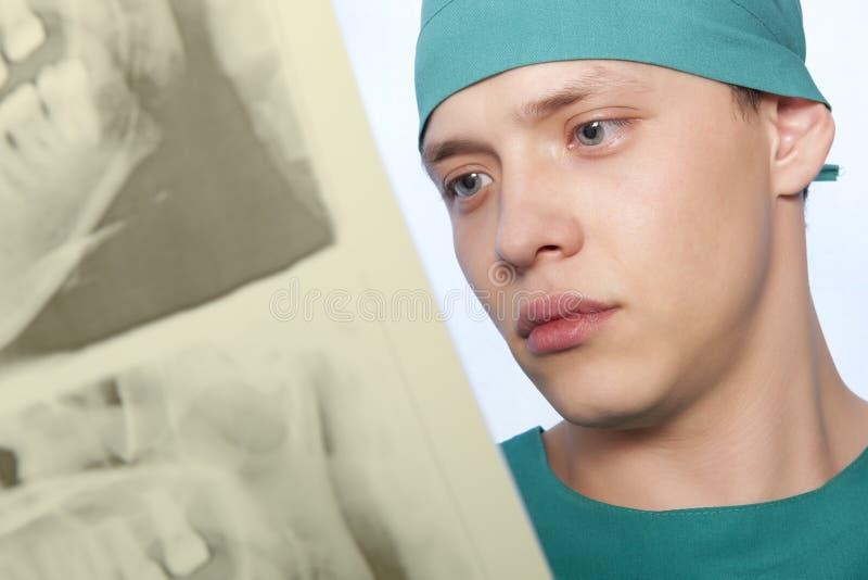 Tandarts met kaakröntgenstraal royalty-vrije stock foto's