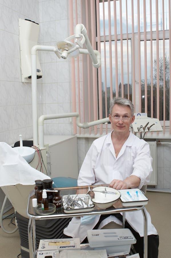 Tandarts op een werkplaats royalty-vrije stock afbeelding
