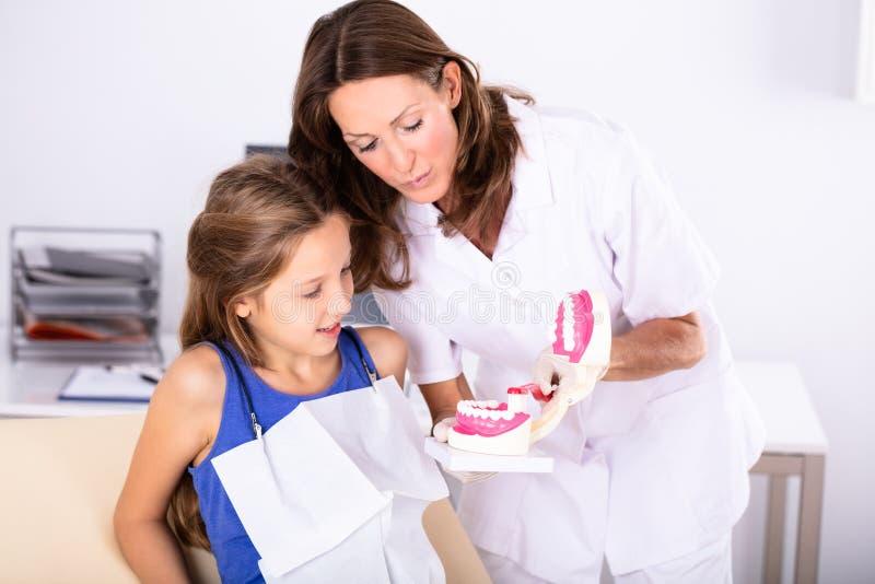 Tandarts Teaching Patient How om de Tanden te borstelen stock fotografie