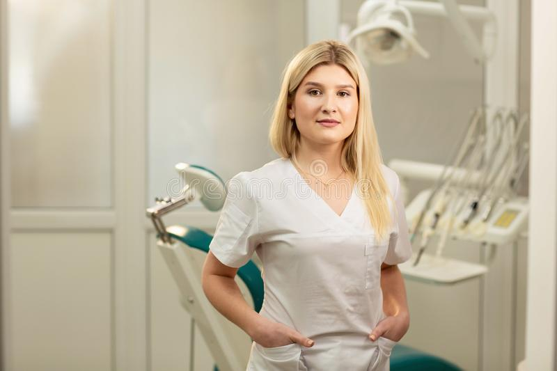 Tandartsbureau Een arts binnen van een hoogtepunt van het tandartskabinet van medische apparatuur royalty-vrije stock fotografie