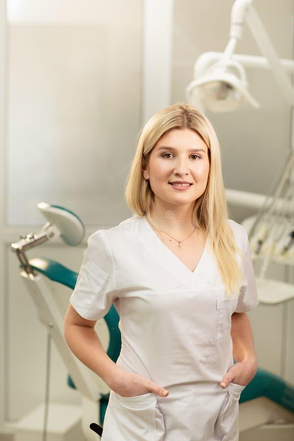 Tandartsbureau Een arts binnen van een hoogtepunt van het tandartskabinet van medische apparatuur stock foto's
