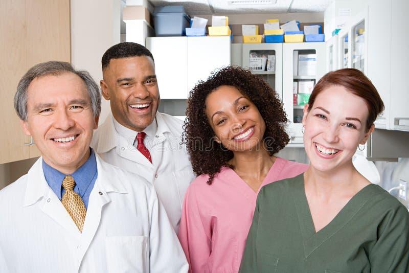 Tandartsen en tandverpleegsters stock afbeelding