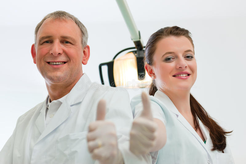 Tandartsen in hun chirurgie stock fotografie