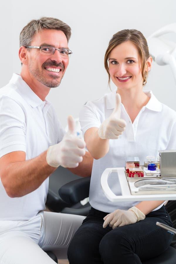 Tandartsen in hun chirurgie of bureau stock foto's