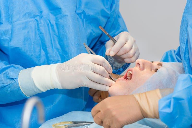 Tandartsen tijdens chirurgie stock fotografie