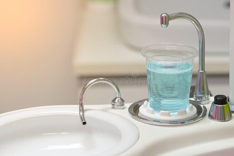 Tandartskop of glaswater voor wasmond en gootsteen royalty-vrije stock afbeeldingen