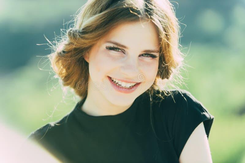 Tandbegrepp Flickan tycker om skönhet av det sunda tandleendet Lycklig kvinna som ler med vita tänder Omsorg för dina tänder arkivfoton